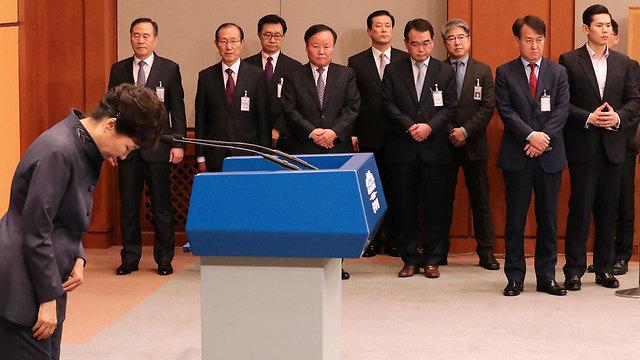 התנצלה שהעבירה לחברתה לשכתב את הנאומים שלה. נשיאת דרום קוריאה פארק ג'ן-הייאה (צילום: AP) (צילום: AP)