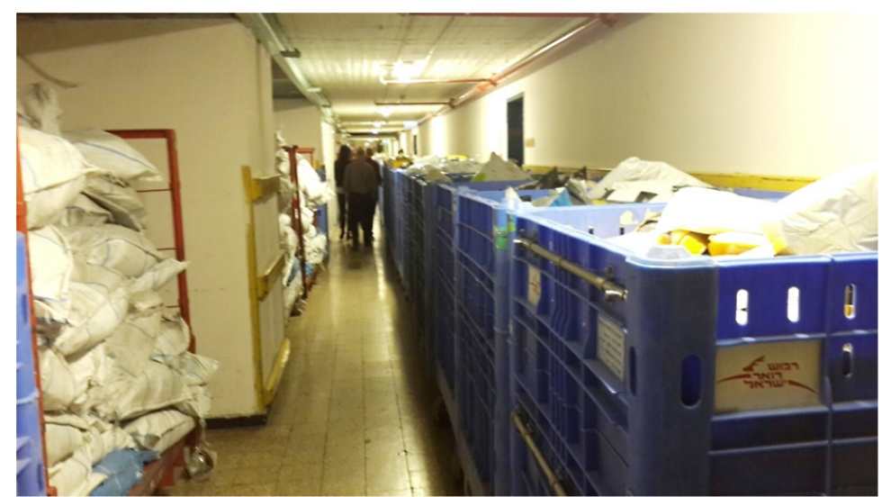 Deliveries congest corridors in Tel Aviv central sorting house (Photo: Office of the State Comprtoller)