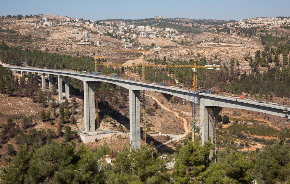 גם הרכבת תורמת את חלקה: סמוך לכניסה לירושלים, גשר עצום מכער את הנוף. מנהרות לא נכרו (צילום: דור נבו)