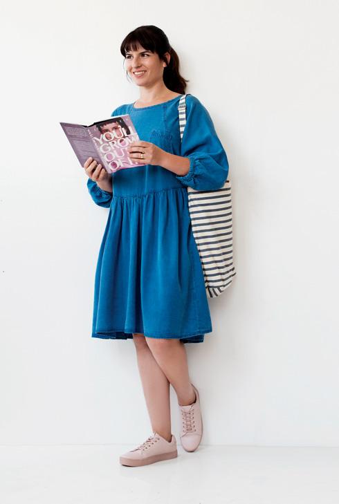 שמלה, 259 שקל, קסטרו; תיק, 220 שקל, baggu; סניקרס, 129 שקל, H&M (צילום: עדו לביא, סטיילינג: תמי ארד-ברקאי)