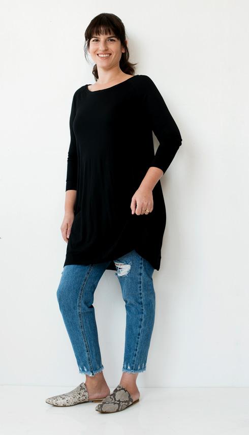 שמלה, 495 שקל, Shell Sagit Liat; ג'ינס, 199 שקל, פול אנד בר; כפכפים, 230 שקל, co.co (צילום: עדו לביא, סטיילינג: תמי ארד-ברקאי)