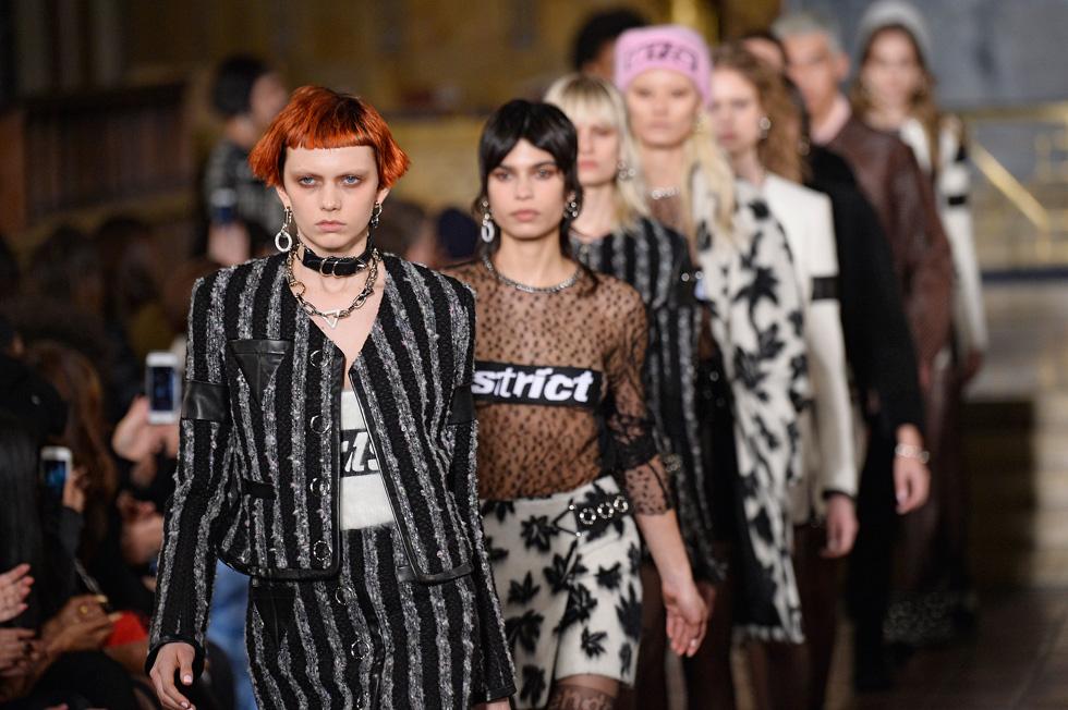 הפכה מיד לדוגמנית המדוברת של שבועות האופנה בעולם. קת'רין מור בתצוגה של אלכסנדר וונג (צילום: Gettyimages)