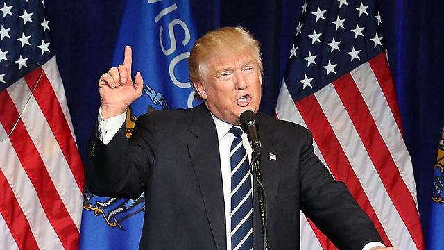 """נראה כי בפעם הראשונה מעזים מיליוני אמריקאים שמאסו בתרבות המזויפת הזו לומר, """"עד כאן!"""". ויש גם מי שממנף את זה ואולי יהפוך לנשיא על גב """"המרד"""" הזה. דונלד טראמפ  (צילום: AP)"""