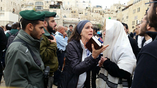 Israel Border Police watch as woman argues with orthodox Jews at the Kotel (Photo: Eli Mendelbaum)