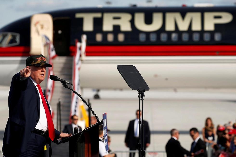 טראמפ לצד המטוס (צילום: רויטרס) (צילום: רויטרס)