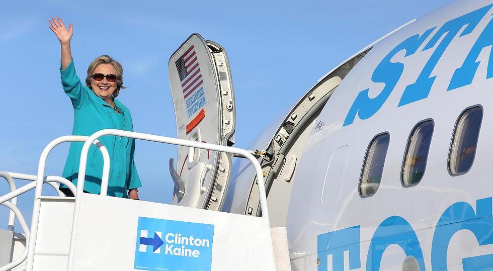 קלינטון עולה למטוס. ברגע האחרון החליפה את הדגם (צילום: MCT) (צילום: MCT)