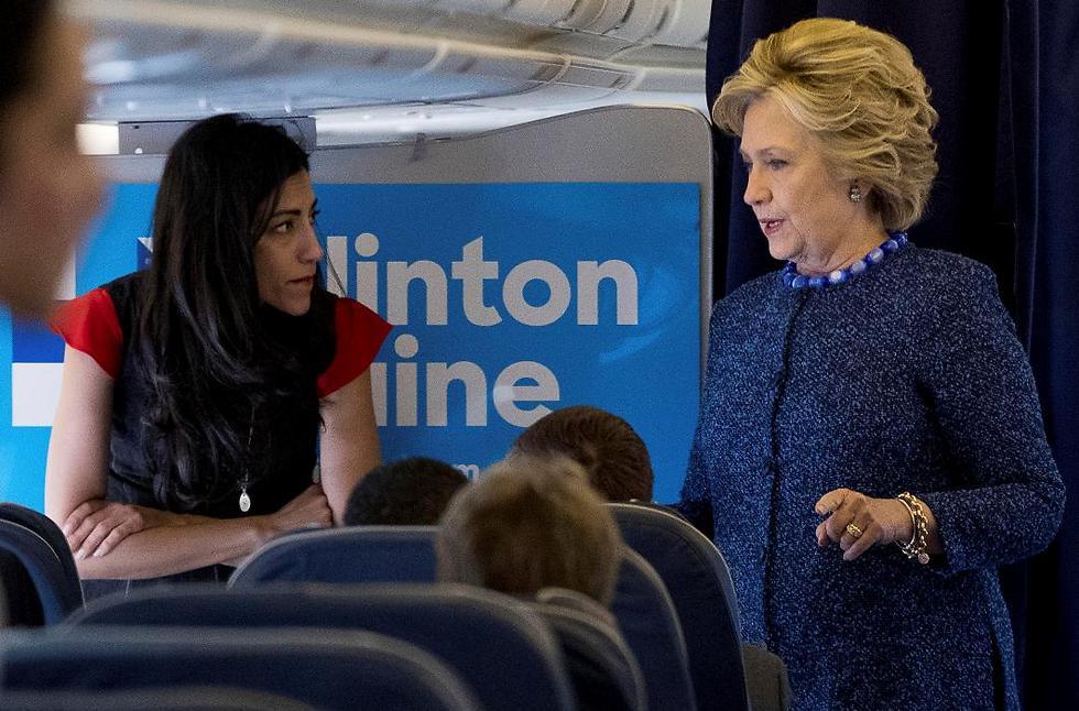קלינטון והעיתונאים על המטוס (צילום: AP) (צילום: AP)