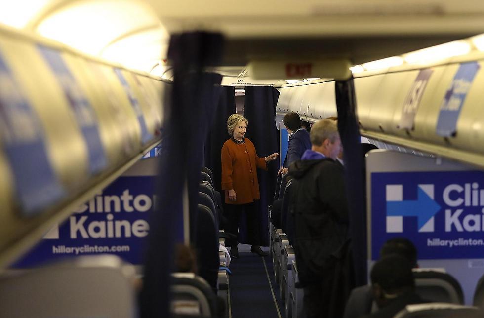 קלינטון על המטוס. כמו מחלקת תיירים רגילה (צילום: ) (צילום: )