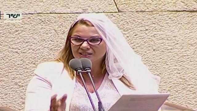 Самый знаменитый наряд Светловой в кнессете - во время речи за свободу браков. Фото: Канал кнессета