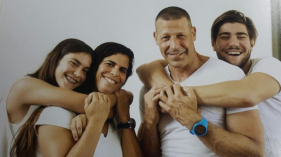יעל ארד עם משפחתה  (צילום: עומר מסינגר) (צילום: עומר מסינגר)