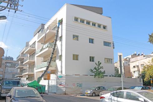 בית המגורים, לקראת סוף העבודות. באופן מוזר, דווקא עכשיו הבניין מרגיש זר יותר בסביבתו, עם חריגות קנה המידה שנוצרו (צילום: דנה קופל)