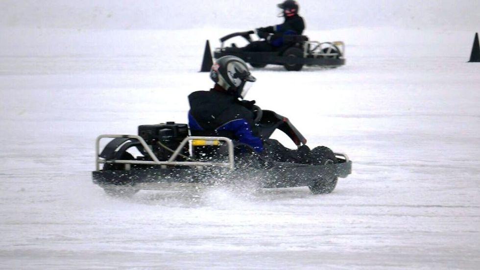 """""""שגיאה אחת ואתה בצד הדרך"""". קרטינג על הקרח.  (צילום: סמדר יגר) (צילום: סמדר יגר)"""