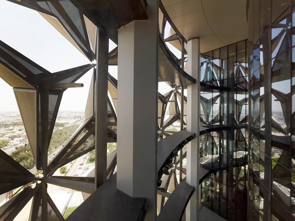 ''מגדלי הים'' (Al Bahr Towers) באבו דאבי, בתכנון AHR אדריכלים. מבפנים הם נראים כמו מעשה אוריגמי עצום, שמגן מפני קרני השמש המסנוורות (צילום: Christian Richters)