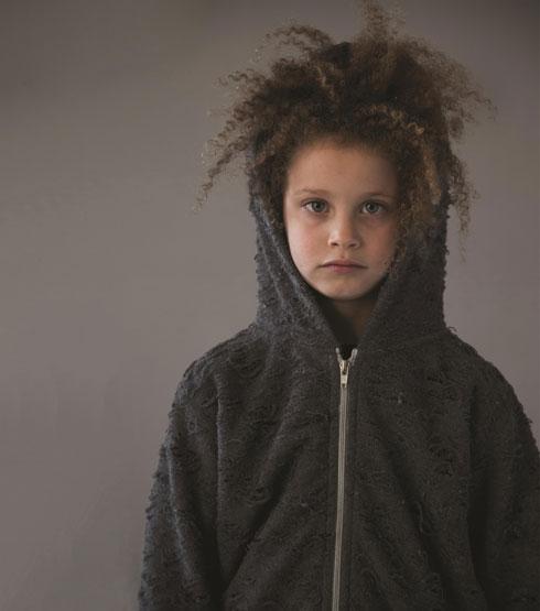 """""""במובנים מסוימים, גידלתי את נועם ושני, והם היו הסטאז' שלי להורות"""", אומרת לוסי, אמא של אלמה בת ה-9 שהצטלמה העונה לקמפיין של מותג בגדי הילדים נונונו (צילום: יניב אדרי)"""
