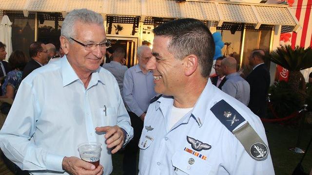 נורקין עם יהושע שני, אחד הטייסים במבצע אנטבה (צילום: מוטי קמחי) (צילום: מוטי קמחי)
