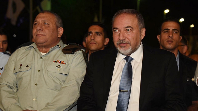 Eisenkot (L) with Defense Minister Avigdor Lieberman (Photo: Yair Sagi)