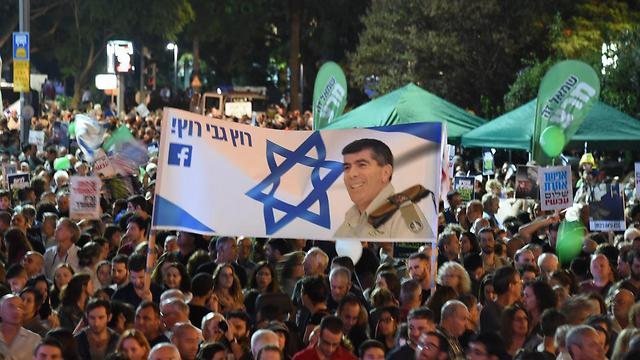 Banner calling on former IDF Chief of Staff Gabi Ashkenazi to run for office (Photo: Yair Sagi)