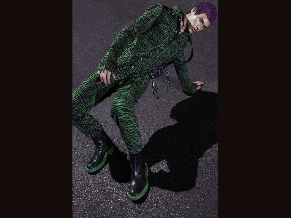 """""""בינתיים אני גר עם ההורים, ואין לי תוכניות לעבור לגור לבד בקרוב"""". בתמונה: אוברול, נעליים, תיק - קנזו ל-H&M; שרשרת קולר, אאוטסייד סוסייטי (צילום: נטלי זריקר)"""