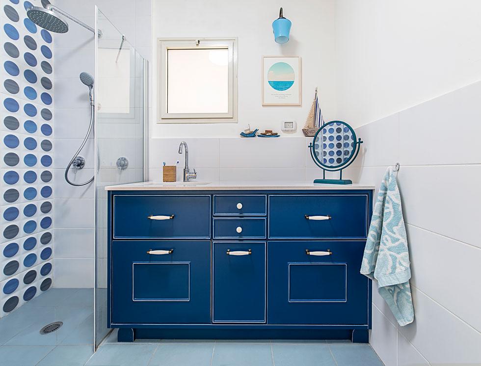 חדר רחצה בכחול עמוק. סקלת הצבעים שנבחרה נעה בין אדומים לכחולים (צילום: שחר לוי)