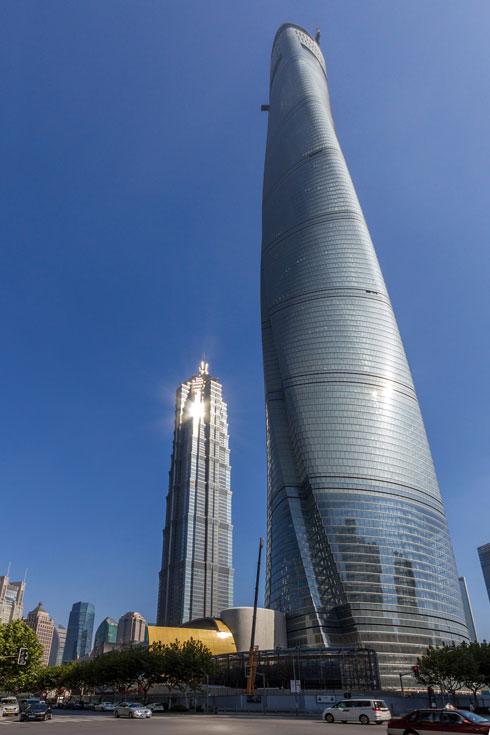 מגדל שנגחאי, בתכנון גנסלר, זכה בתואר ''מגדל השנה 2016''. הוכחה עכשווית לטרנד המתפתל (צילום: e X p o s e / Shutterstock)