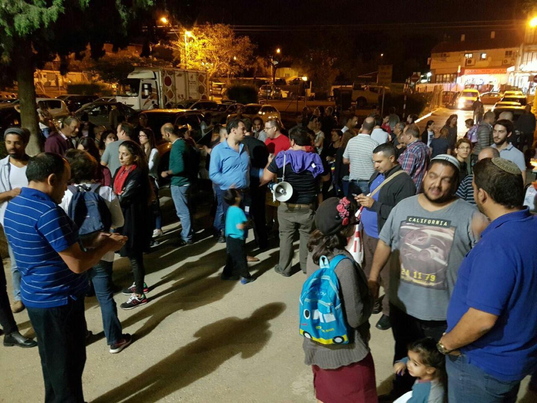 מפגינים מול בניין העירייה (צילום:יוגב אטיאס) (צילום:יוגב אטיאס)