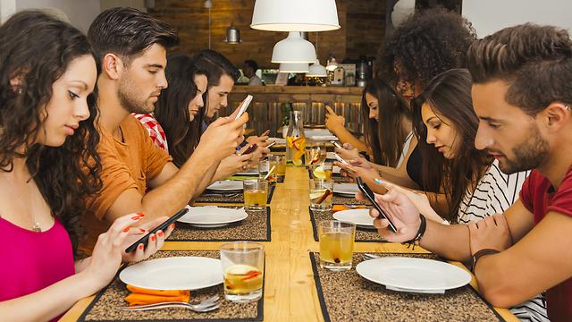 נסו להשאיר את הטלפון בתיק, לפחות לזמן הארוחה (צילום: shutterstock) (צילום: shutterstock)