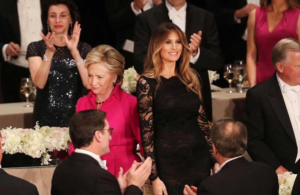 רגע של אחווה. מלניה טראמפ והילרי קלינטון (צילום: Gettyimages)