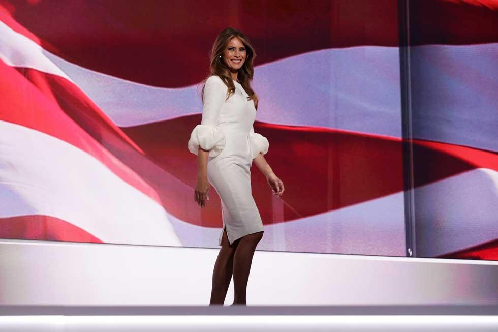 לאורך מסע הבחירות הפגינה חיבה דווקא למעצבים בינלאומיים זרים. בשמלה של רוקסנדה אילינצ'יץ' (צילום: Gettyimages)