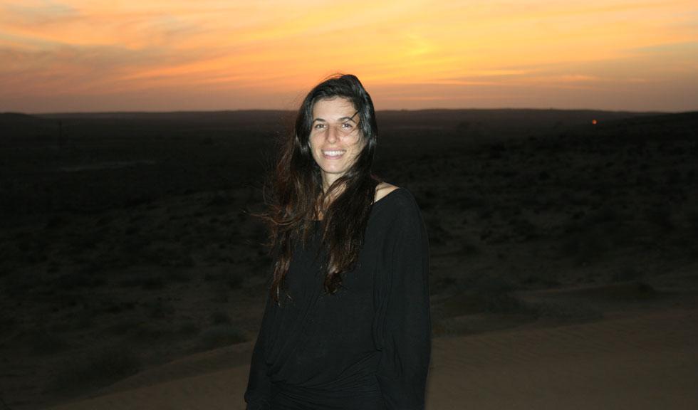"""לירון אלעד על רקע שקיעה במדבר. """"בת 38, אמא ואשת משפחה. אופטימית נצחית. מוטו: החיים הם עכשיו"""" (צילום: אלבום פרטי)"""