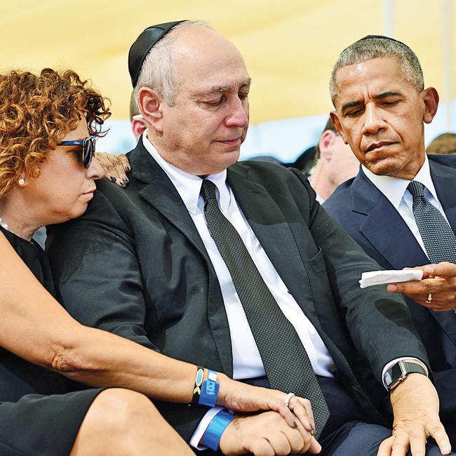 """עם הנשיא אובמה  בהלוויית אביו.  """"גיליתי שאבא נגע  בנפשם של מיליוני  אנשים בארץ ובעולם. הפתיע אותי העצב  ששטף את המדינה"""""""