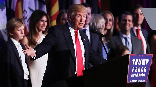 טראמפ ומקורביו לאחר ניצחונו בבחירות (צילום: AFP)