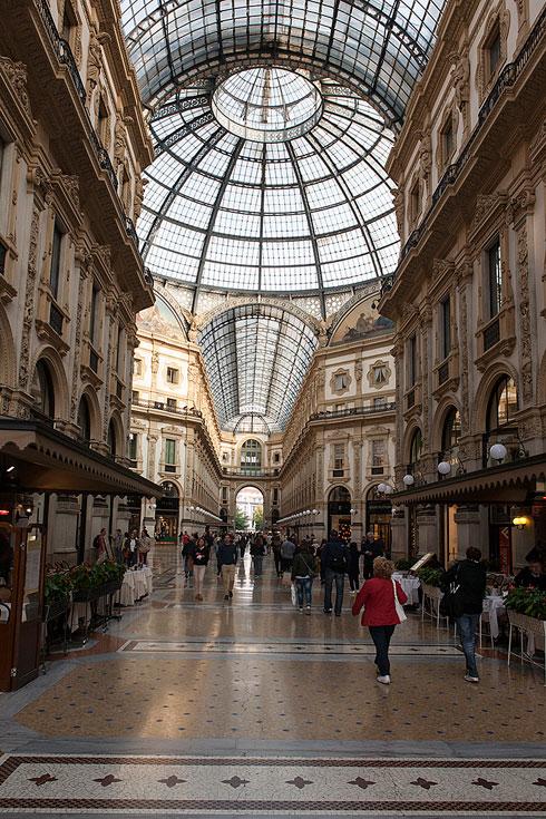 החנויות והמותגים במילאנו לוקחים את עונת הסיילים בשיא הרצינות