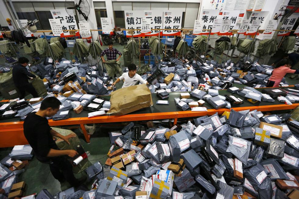 חבילות בדרך למשלוח אחרי סינגלס דיי ב-2014 (צילום: Gettyimages)