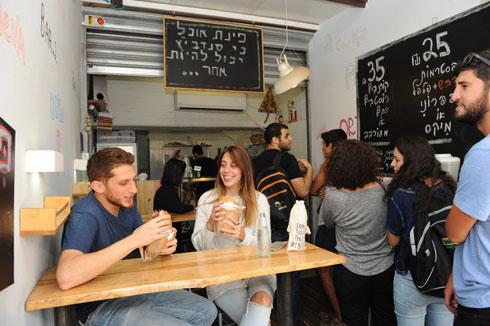 """""""פינת אוכל"""". """"אנשים מתחילים לשאול שאלות"""" (צילום: ישראל יוסף)"""