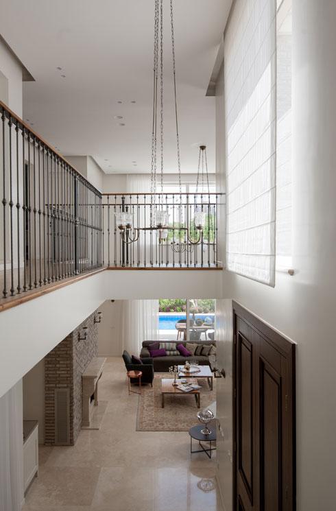 השטיחים, הווילונות, המצעים והתאורה יוצרו בהזמנה מיוחדת (צילום: גלעד רדט )
