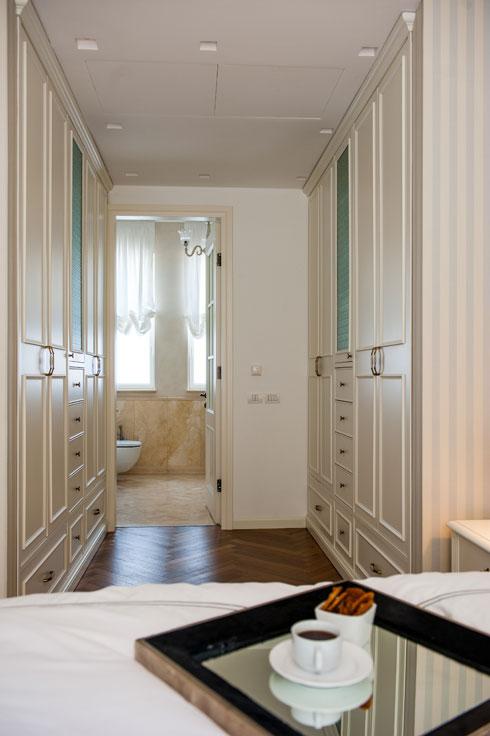 חדר הארונות של סוויטת ההורים מוביל אל האמבטיה הפרטית (צילום: גלעד רדט )