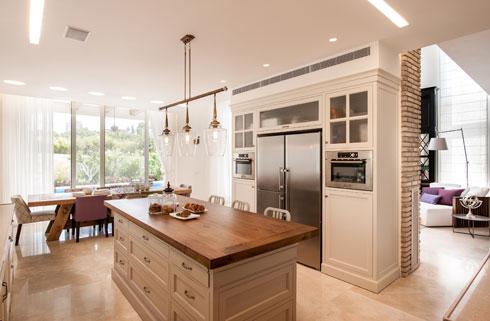 המטבח הגדול תוכנן בקפידה כך שיתאים למשפחה שומרת כשרות. בקומת המרתף יש מטבח נוסף שבו מבשלים בפסח (צילום: גלעד רדט )