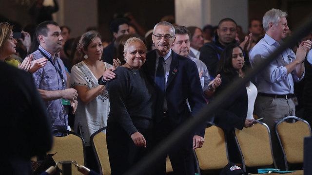 תומכי קלינטון מריעים לה בנאום ההפסד (צילום: AP) (צילום: AP)