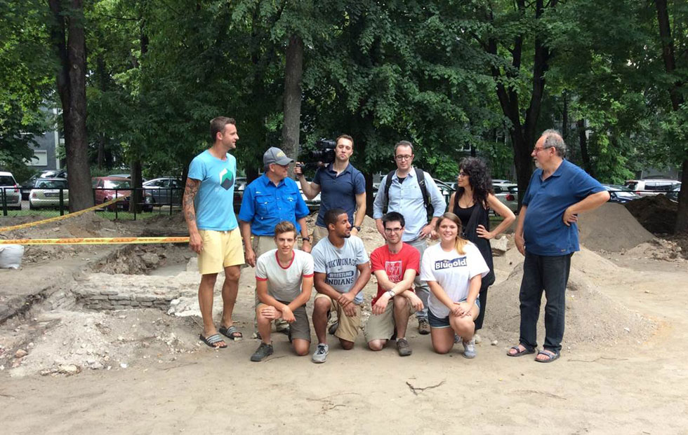 צוות החפירות הבינלאומי באתר. יוני 2016 (צילום: אדריכלית צילה זק)