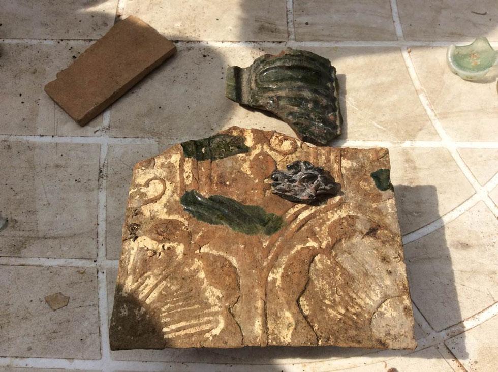 פרטי קרמיקה וחימר מעוטרים שנמצאו בחפירות באתר בית הכנסת הגדול  (צילום: אדריכלית צילה זק)