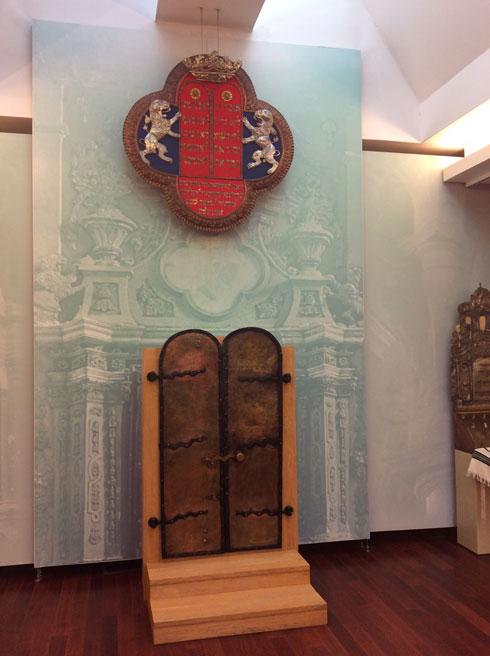 במוזיאון הסובלנות. על הקיר אלמנטים שנשמרו מבית הכנסת הגדול, לפני שהוחרב. וגם דלתות ארון הקודש ולוח עם עשרת הדיברות (צילום: אדריכלית צילה זק)