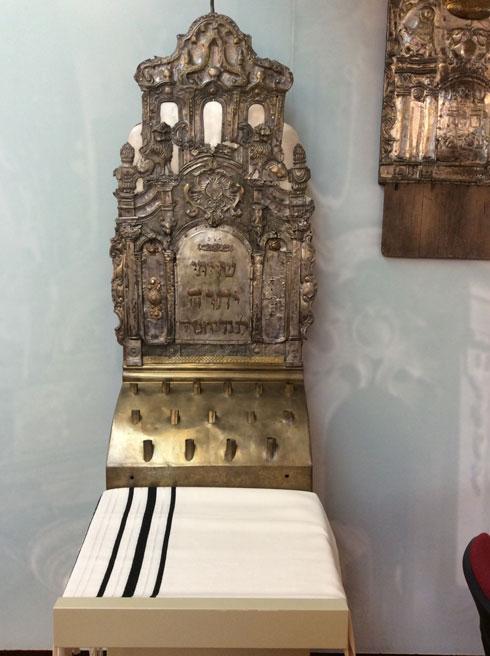 חלק משולחן התפילה של בית הכנסת, מאמצע המאה ה-18, שמור ומוצג במוזיאון הסובלנות בעיר (צילום: אדריכלית צילה זק)
