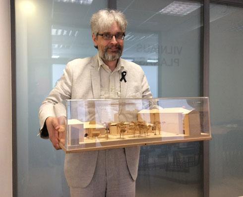 מודל המתחם, שבוצע על ידי זק, הוצג בפגישת עבודה עם צוות התכנון של עיריית וילנה, ונשמר שם להמשך קידום הקמתו של המרכז (צילום: אדריכלית צילה זק)