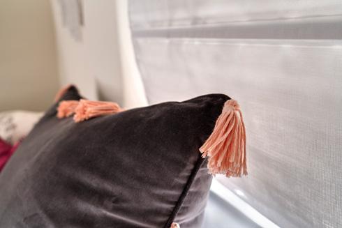 כרית קטיפה של איקאה בבצע סגול עם תוספת גדילים כתומים, בעלת מילוי כפול ליצירת מראה תפוח  (צילום: רותם רוזנאי)