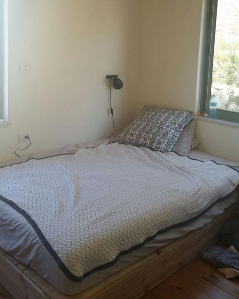 מיטת הבמה נשארה גם בחדר החדש (צילום: הילה מגריל)