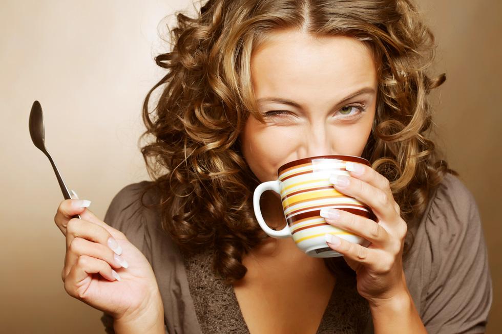 השילוב בין קפאין לחלב (כולל חלב צמחי כמו סויה, שקדים או קוקוס) יוצר אי נוחות בבטן  (צילום: Shutterstock)
