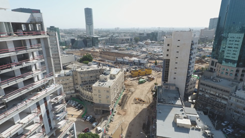 לרוכשי הדירות בשוק הסיטונאי, על גדות קרליבך, יהיה צפוף בעיניים: המתחם (מימין) והמגדל שמחליף את בית מעריב (הנמוך במרכז התצלום) (צילום: take Air רחפן)