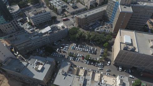 למעלה: רחוב לינקולן (ובניין מקורות מימין). באמצע: מקומות החניה שהם עיקר שימושו של הרחוב כיום (צילום: take Air רחפן)