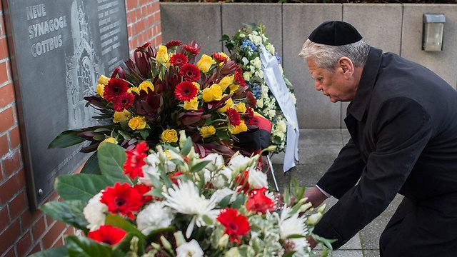 German President Joachim Guack placing flowers for the 78 anniversary of Kristallnacht (Photo: EPA)  (Photo: EPA)