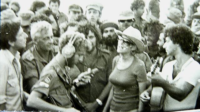 Leonard Cohen and Ariel Sharon during Yom Kippur War (Photo: Arnon Gantz)
